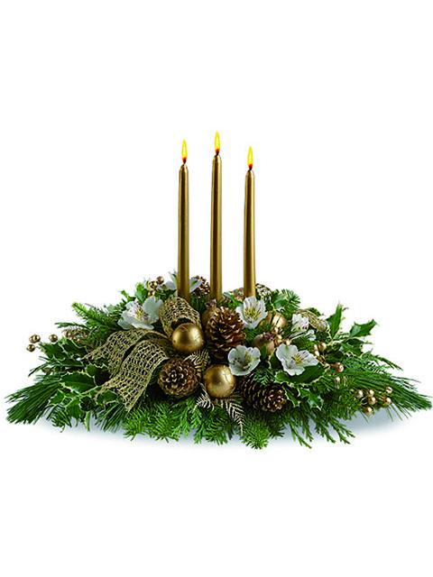 Centrotavola natalizio con tre candele oro e pigne