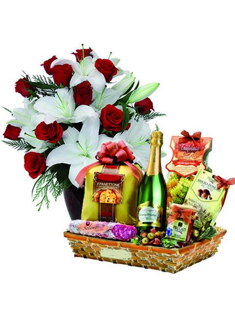 Bouquet di gigli e rose rosse con cesto natalizio